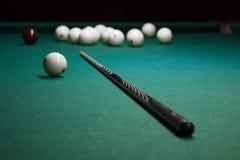 Wskazówka i białe piłki dla Rosyjskich Billiards jesteśmy na stole czekać na graczów i sędziów rywalizacje w sportach, hobby, cza zdjęcie royalty free