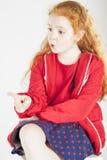 Wskazujący Małej Miedzianowłosej Caucasain dziewczyny z Zdziwionym Wyraża Zdjęcia Stock
