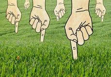 Wskazujący Zielone ręki w trawy polu i Zasadzający Zdjęcie Stock