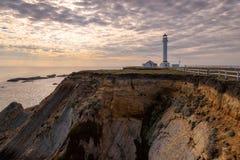 Wskazuje areny latarnię morską na skale przy zmierzchem w Kalifornia Zdjęcia Stock