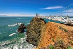 Wskazuje Bonita latarnię morską na skale pod niebieskim niebem, Kalifornia zdjęcia stock