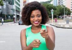 Wskazywać kobiety od Afryka w zielonej koszula w mieście Obraz Stock