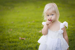 Wskazywać małej dziewczynki Jest ubranym biel suknię W trawy polu Zdjęcia Royalty Free