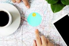 Wskazywać przy mapą dokąd podróżujący na światowej mapie Fotografia Royalty Free