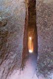 Wąski przejście w skałę Zdjęcia Royalty Free