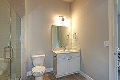 Współczesna biała i beżowa łazienka zdjęcie stock