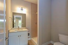 Współczesna biała i beżowa łazienka obrazy royalty free