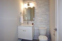 Współczesna biała i szara łazienka zdjęcie royalty free