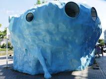 Współczesna pracy nieobecność, błękitny sześcian Joep Van Lieshout w Nantes zdjęcie royalty free