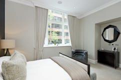Współczesna sypialnia z królewiątko rozmiaru łóżkiem z luksusowym projektanta futerkiem obraz stock