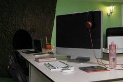 Współczesny biuro stół z Equipments i krzesłami Zdjęcie Stock