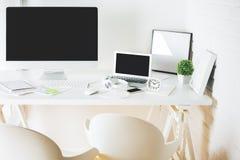 Współczesny desktop z komputerem osobistym i notatnikiem zdjęcie royalty free