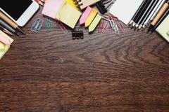 Współczesny drewniany desktop z rzeczami zdjęcie stock