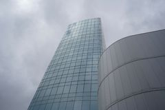 Współczesny miastowy widok z budynku tłem fotografia stock