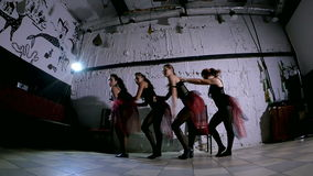 Współczesny tana występ cztery tancerza zbiory