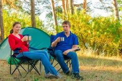 Współmałżonkowie pije herbaty w ranku Zdjęcia Royalty Free