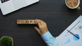 Współpraca, biznesowa kobieta robi słowu sześciany, pracuje wpólnie dla powszechnych celów zbiory wideo