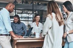 współpraca Grupa młodzi ludzie biznesu komunikuje i zdjęcie stock