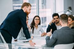 Współpraca i analiza ludźmi biznesu pracuje w biurze zdjęcie stock