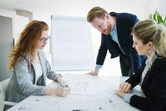 Współpraca i analiza ludźmi biznesu pracuje w biurze fotografia stock