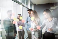 Współpraca i analiza ludźmi biznesu pracuje w biurze obrazy royalty free