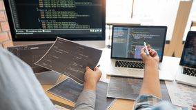 Współpracujące prac inżynier oprogramowania strony internetowej przedsiębiorcy budowlanego technologie lub programisty pracujący  fotografia royalty free