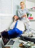 Współsprawcy oszustwa pieniężny przestępstwo Mężczyzna i kobieta zarabiamy pieniądze na mobilnym rozmowy oszustwie Szantażu i pie obrazy royalty free