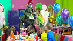 Współuczennicy w kolorowych kapeluszach świętują urodziny przy rozrywki centrum zbiory wideo