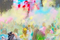Współuczestniczka w kolorze Biega rezygnować ręki w niebie Zdjęcie Royalty Free