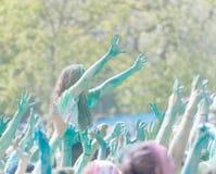 Współuczestniczka w kolorze Biega streching ręki w niebie Obrazy Stock
