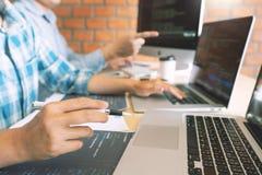 Wsp??pracuj?ce prac in?ynier oprogramowania strony internetowej przedsi?biorcy budowlanego technologie lub programisty pracuj?cy  obraz stock
