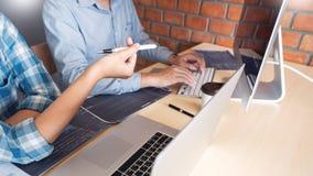 Wsp??pracuj?ce prac in?ynier oprogramowania strony internetowej przedsi?biorcy budowlanego technologie lub programisty pracuj?cy  obrazy stock
