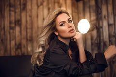 wspaniały model Blond kobieta portret w czarnej koszula Modna dziewczyna z piękna makeup i kędzierzawym włosianym stylem pozuje w obrazy stock