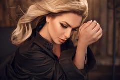wspaniały model Blond kobieta portret w czarnej koszula Modna dziewczyna z piękna makeup i kędzierzawym włosianym stylem pozuje w zdjęcia stock