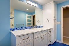 Wspaniała łazienka z błękitnymi ścianami fotografia stock