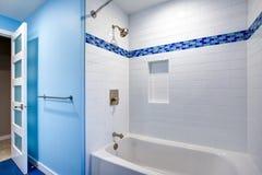 Wspaniała łazienka z błękitnymi ścianami obraz royalty free