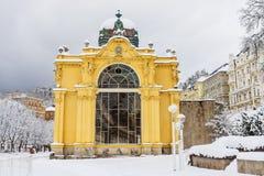 Wspaniała żółta architektura kolumnada Zdroju miasteczko zdjęcie royalty free