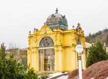 Wspaniała żółta architektura kolumnada Zdroju miasteczko Maria zdjęcie stock