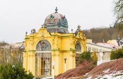 Wspaniała żółta architektura kolumnada Zdroju miasteczko Maria obraz royalty free