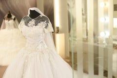 Wspaniała biała ślubna suknia dla poślubiać Zdjęcie Stock