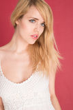 Wspaniała Blond kobieta w bielu Odizolowywającym na rewolucjonistce Zdjęcia Stock