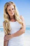 Wspaniała blondynka ono uśmiecha się przy kamerą na plaży Obraz Royalty Free
