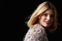 Wspaniała blondynki kobieta obraca kamera, głowa brać na swoje barki Zdjęcie Stock