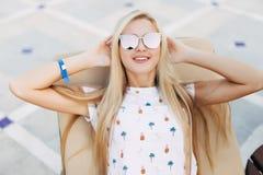 Wspaniała blondynki kobieta z okularami przeciwsłonecznymi lounging outdoors pływackim basenem na letnim dniu Obrazy Stock