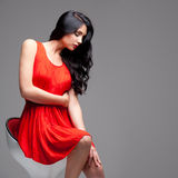 Wspaniała brunetka na krześle Zdjęcie Royalty Free