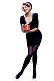 Wspaniała brunetka z prezenta pudełkiem Zdjęcie Royalty Free
