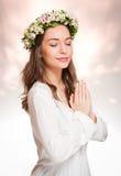 Wspaniała brunetki kobieta jest ubranym wiosna kwiatu wianek obrazy stock