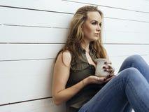 Wspaniała brunetki kobieta pije kawę zdjęcia stock