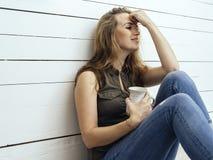 Wspaniała brunetki kobieta pije kawę obraz stock