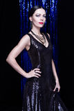 Wspaniała brunetki kobieta w błyskotliwej sukni wieczorowej Fotografia Royalty Free